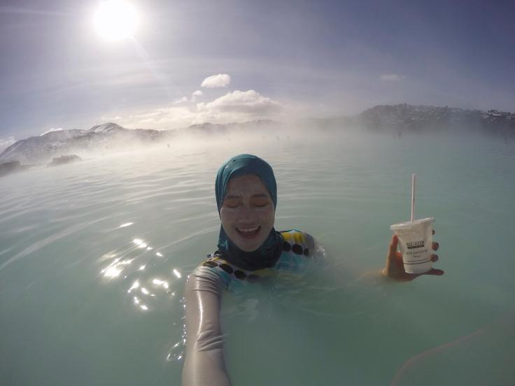 minum air dingin di kolam panas di cuaca dingin yang sunny